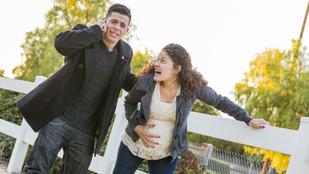 Te szólnál a szüleidnek, hogy elkezdődött a szülés?
