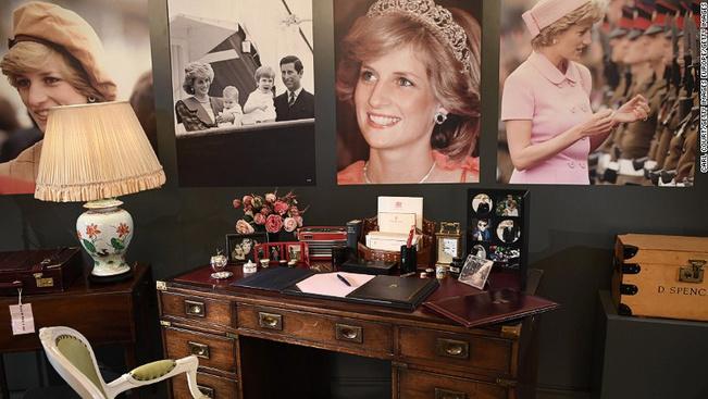 Diana hercegnő személyes tárgyaiból nyílt kiállítás Londonban