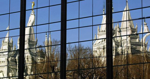 """Salt Lake City: a mormonok """"nagytemploma"""" egy irodaház üvegfalán tükröződve"""