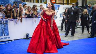 Rihanna Londonban kibuggyant az estélyijéből