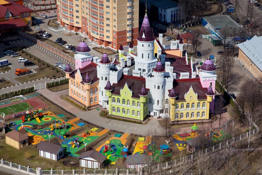 A moszkvai kastélyóvodához pazar udvar is tartozik: szuper játékok, színes játszópályák, foci- és futópálya, valamint a közlekedési szabályokra tanító pálya is került a meseovi köré.