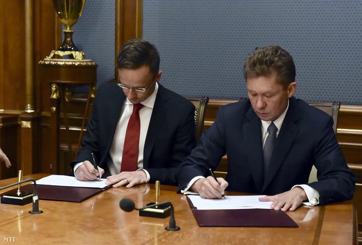 A Külgazdasági és Külügyminisztérium által közreadott képen Szijjártó Péter külgazdasági és külügyminiszter és a Gazprom orosz állami gázipari monopólium vezérigazgatója Alekszej Miller megállapodást ír alá Moszkvában 2017. július 5-én. Szijjártó Péter a magyar-orosz kormányközi gazdasági együttműködési bizottság ülésén vesz részt az orosz fővárosban.