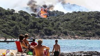 Legalább tízezer embert kellett evakuálni tűz miatt a francia Riviérán