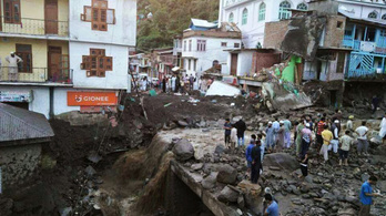 Több mint 90 ember halt meg az indiai áradásokban