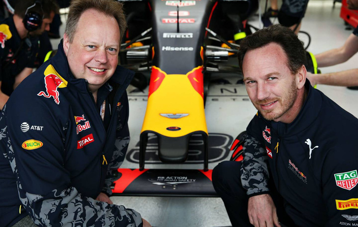 Balra Andy Palmer Aston-vezér, jobbra Christian Horner, a Red Bull csapatfőnöke
