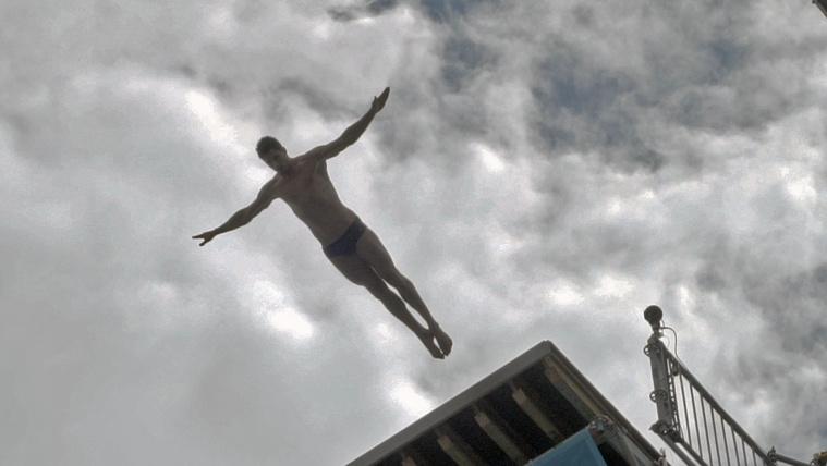 Élvezze ön is a Duna felett repkedő emberek látványát!
