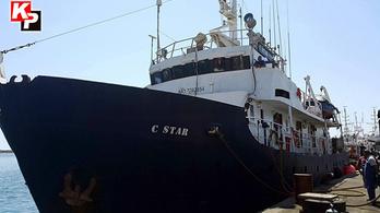Embercsempészettel vádolják a tengeri menekülteket elfogó szélsőjobbosokat