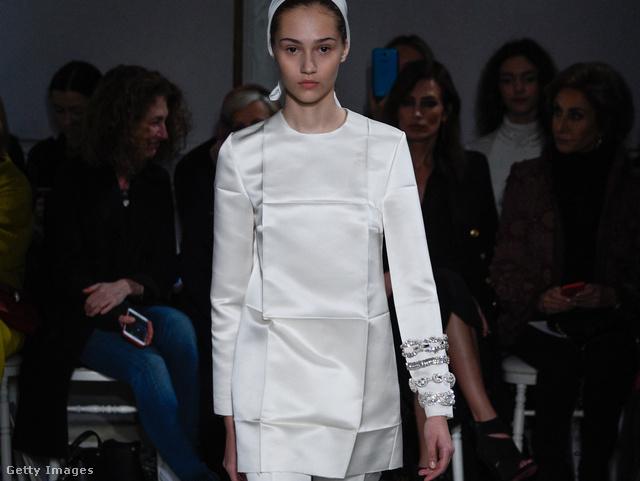 Bár Giambattista Valli valószínűleg direkt tett gyűrődéseket pizsama-szettjébe, azért remekül szemlélteti, hogy hogyan festünk gyűrött ruhában.