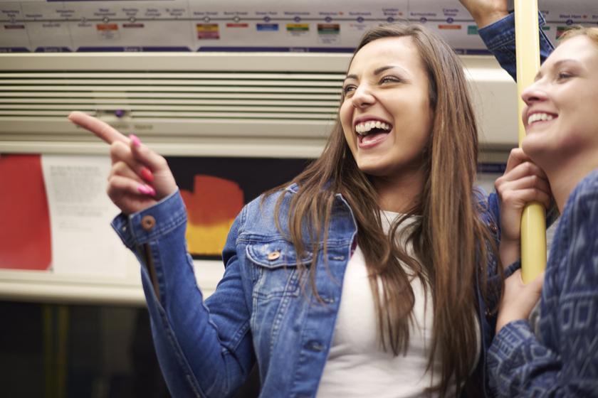 Kicsapta a vágódeszkát a metrón: mindenki a hagymát szeletelő nőt nézte