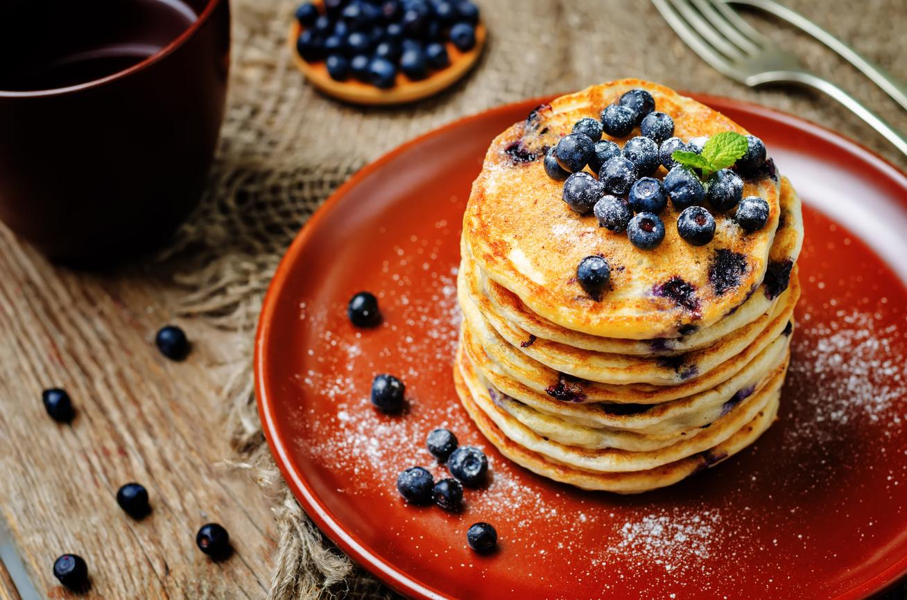Pufók, áfonyás amerikai palacsinta - A tésztába is jócskán kerül gyümölcs