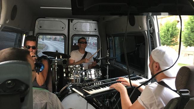 Zenélő kisbusz járja az országot, és szombaton Kapolcsra érkezik