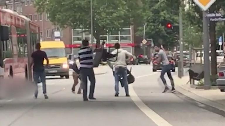 Videófelvétel készült a hamburgi késelő elleni küzdelemről