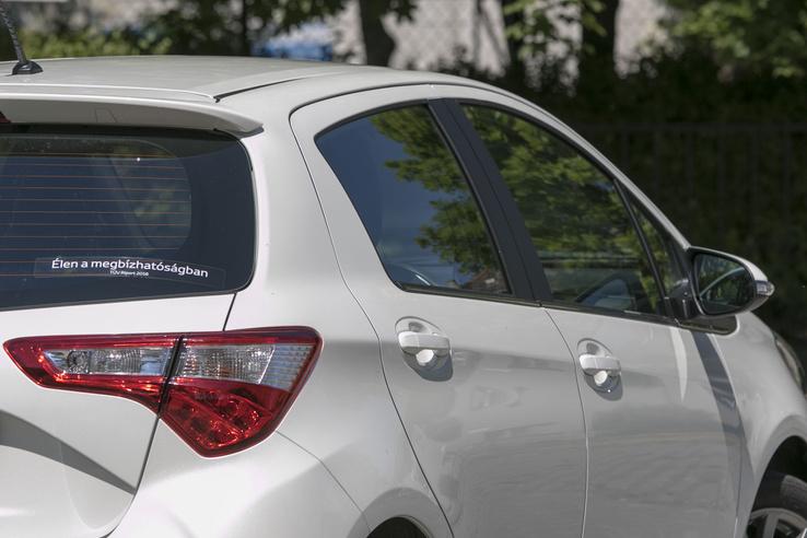 Formai játszadozás helyett a Toyota inkább a normál méretű ablakokat tett a Yarisra