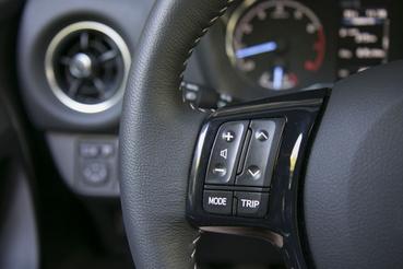 Nagyobb, egyértelműbb gombok a Toyota kormányán