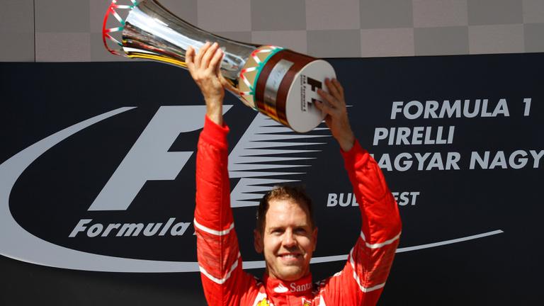 Ferrari-kettősgyőzelem Hamilton-gesztussal