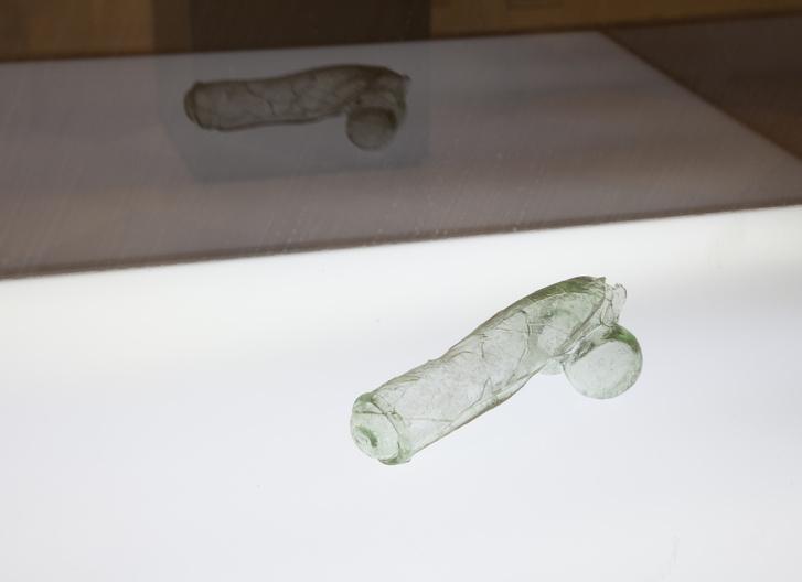XVI. századi üvegfallosz. Kalivoda András munkája a kiállításon.