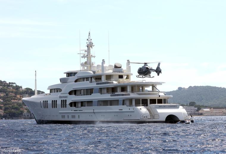 A szárazföld és a jacht közötti - egyébként nem túl számottevő - távolságot ugyanis egy helikopterrel hidalta át, ami a legkevésbé sem nevezhető környezetbarát magatartásnak.
