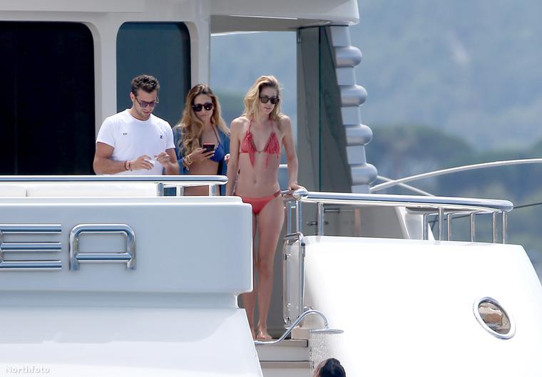 Doutzen Kroes holland modellről Saint Tropez-ban, egy jachton készültek bikinis fotók, aminek dögössége tükrében ön teljes joggal örülhet, valahol viszont pont miatta sóhajt fel egy jegesmedve.