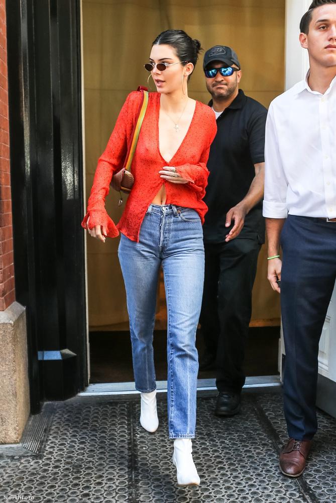 A nem dohányzó Kendall Jenner egy New York-i szállodából távozott július 30-án