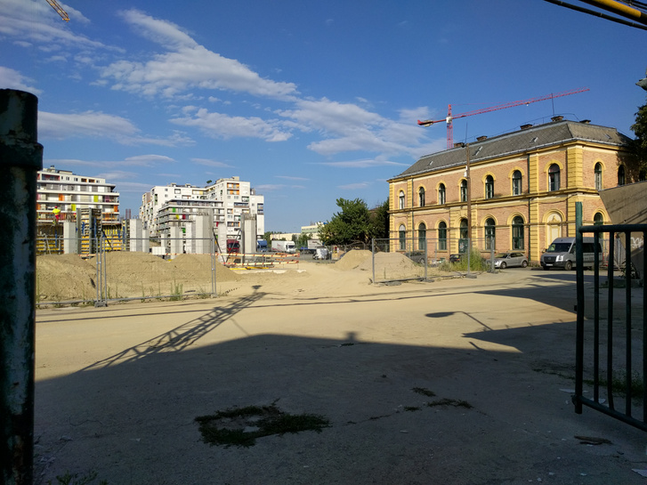 Jobbra az egykori bálterem, balra a City Home lakótelep épületei. Az előtérben épül az Allure Residence