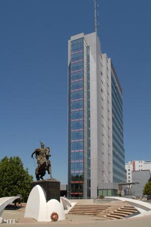A Koszovói Kormányzati Központ. Az épület korábban bankszékház volt, az 1999-es harcok során súlyos károkat szenvedett, azóta teljesen felújították. Előtte az albán törökverő: Szkander bég (1405-1468) szobra áll