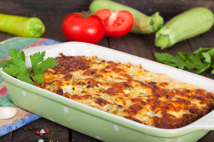 Zöldséges tepsis krumpli tejföllel és kétféle sajttal - A teteje nyúlós, ropogós, belül jó szaftos