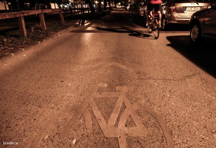 Látja a fekvőrendőrt? Amin a biciklis áthalad, csak egy úthiba. A fekvőrendőr néhány méterrel előrébb van, a sötétben.