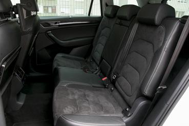 A Škoda hátsó sorában sem kell nyomorogni, sőt, talán több is a hely mint a Kiában