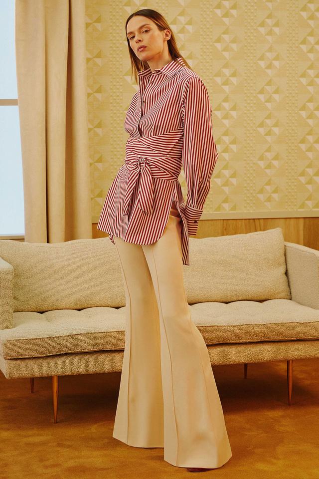 Bézs trapéz pantalló trendi csíkos blúzzaé a Khaite resort kollekciójában.