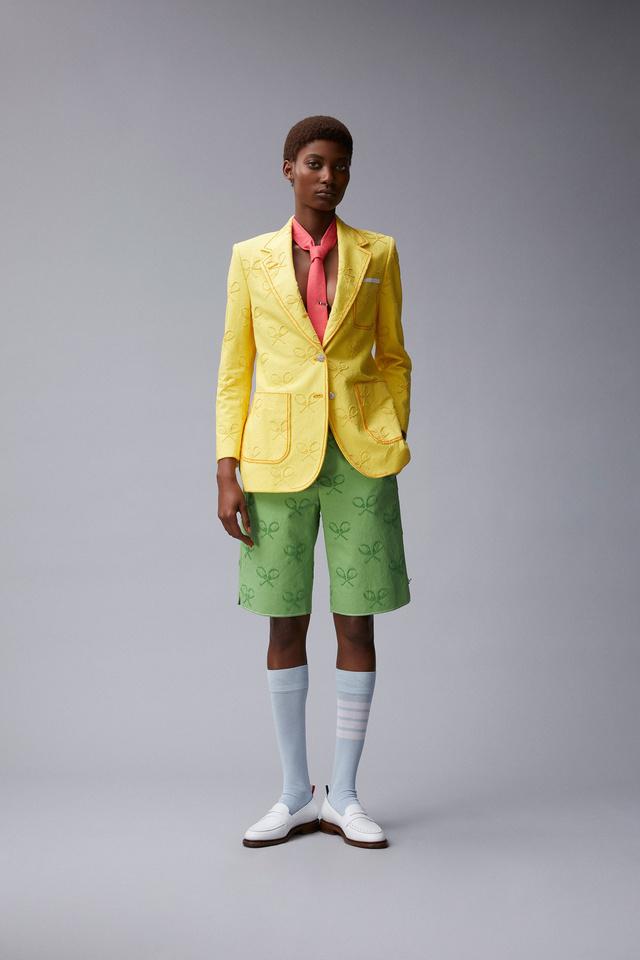 Sárga és zöld színblokkolt szett Thom Browne-tól.