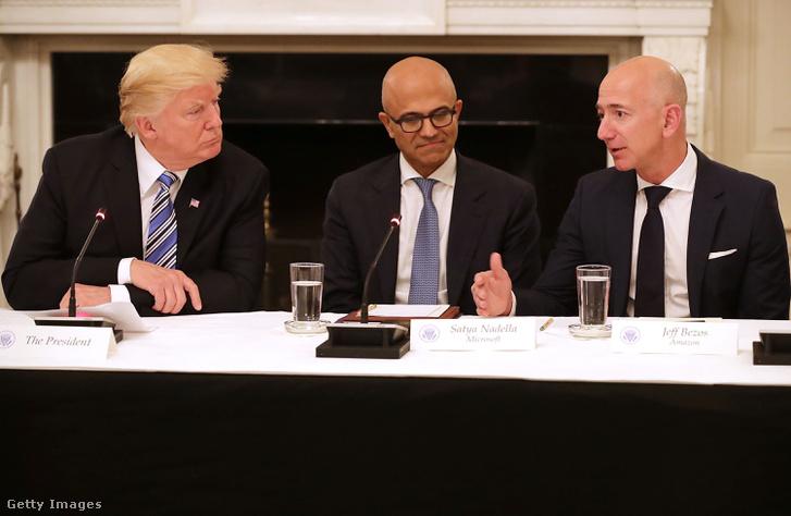 Jeff Bezos (jobbra) az Amerikai Technológiai Tanács ülésén.
