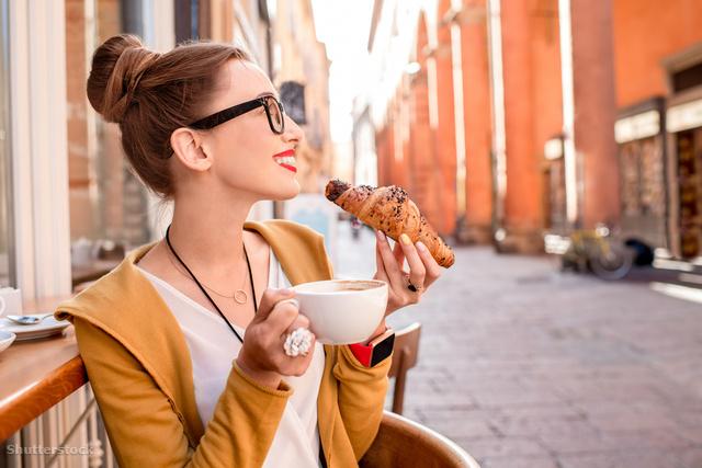 A kávé és a croissant biztos hogy olcsóbb lesz a sarki kávézóban mint a szállodában