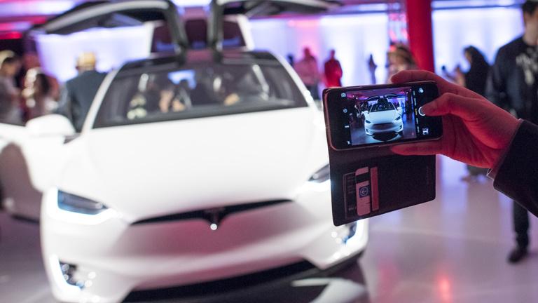 Az új Tesla az autók iPhone-ja