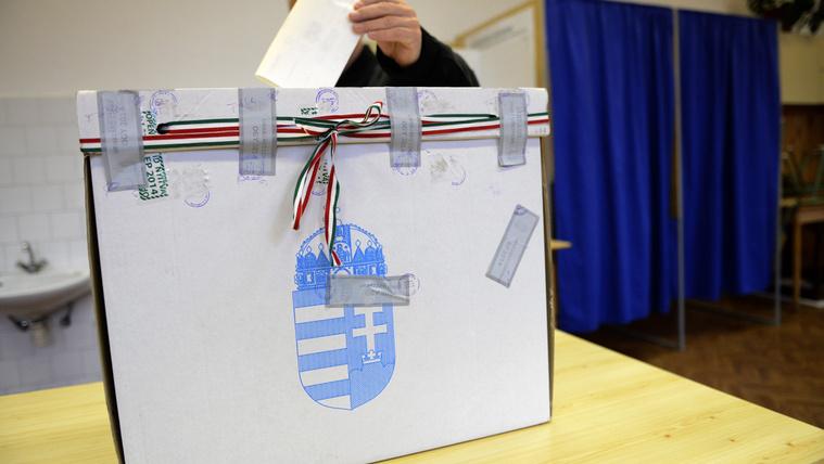 És az se szavazhasson, aki Balatonba zuhant repülőről posztol?