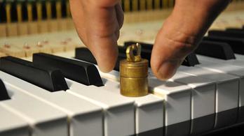 Kihalóban van a zongorakészítés Nagy-Britanniában