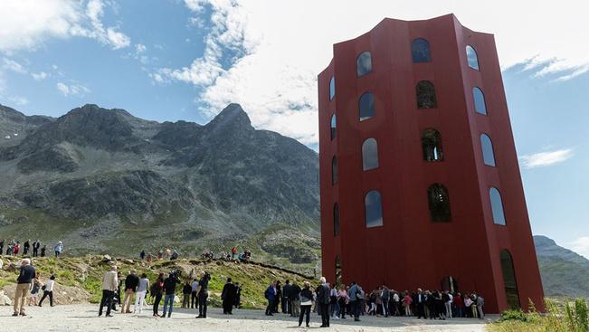 Harminc méteres színháztornyot emeltek egy svájci hágónál
