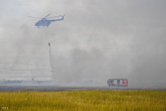 A honvédségi helikopterek egyenként 3000 liter víz szállítására alkalmasak