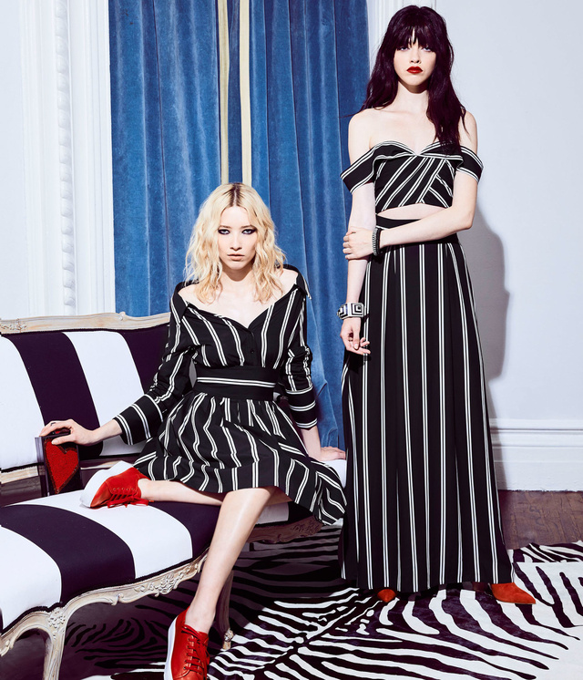 Klasszikus fekete-fehér csíkos ruhákat dobna piacra az Alice and Olivia.
