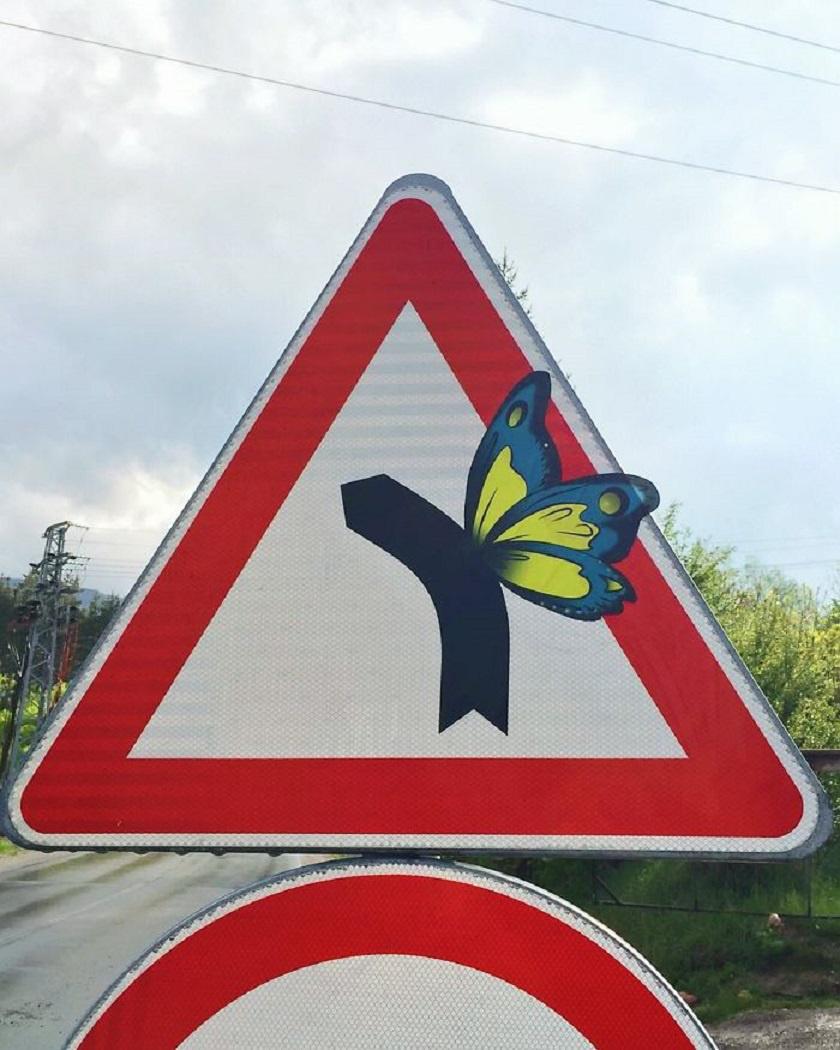 Veszélyes útkanyarulat? A tábla már nem is olyan komor a pillangószárnyakkal.