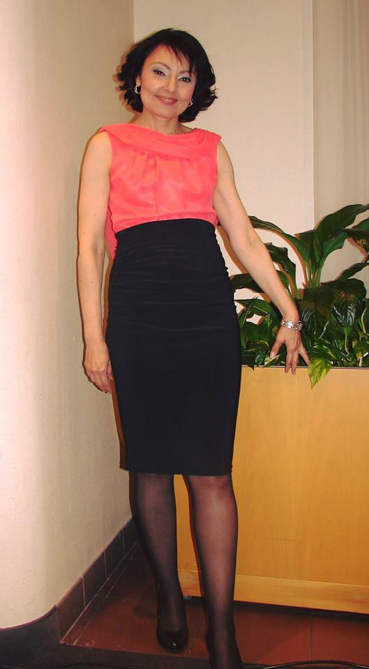 Szíj Melindának nemcsak a sminkje és a frizurája tökéletes, az is szembetűnő, hogy a csinos ruhában milyen karcsú az alakja.