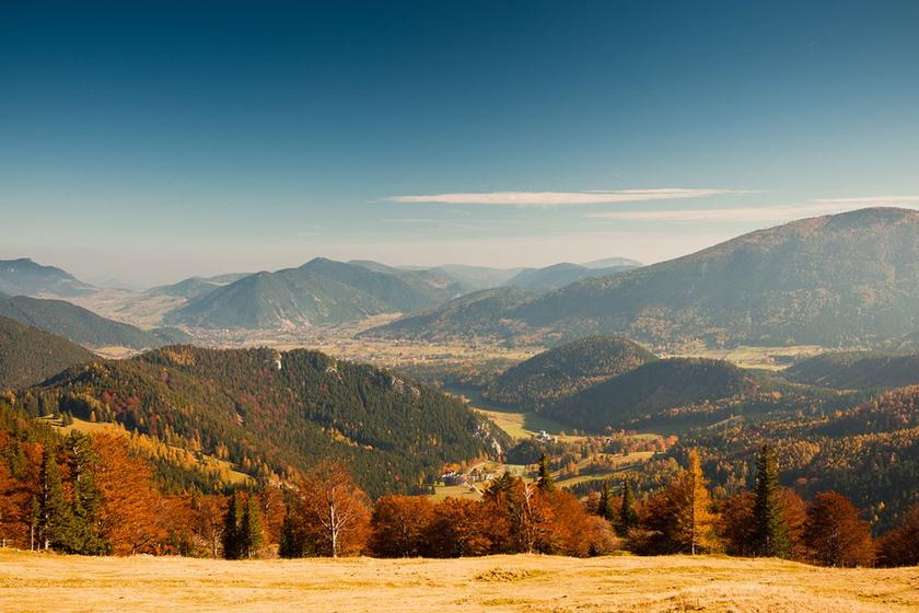 Friss hegyi levegőre és meseszép túrákra vágysz? Még a bécsiek is erre a határ menti hegyre járnak