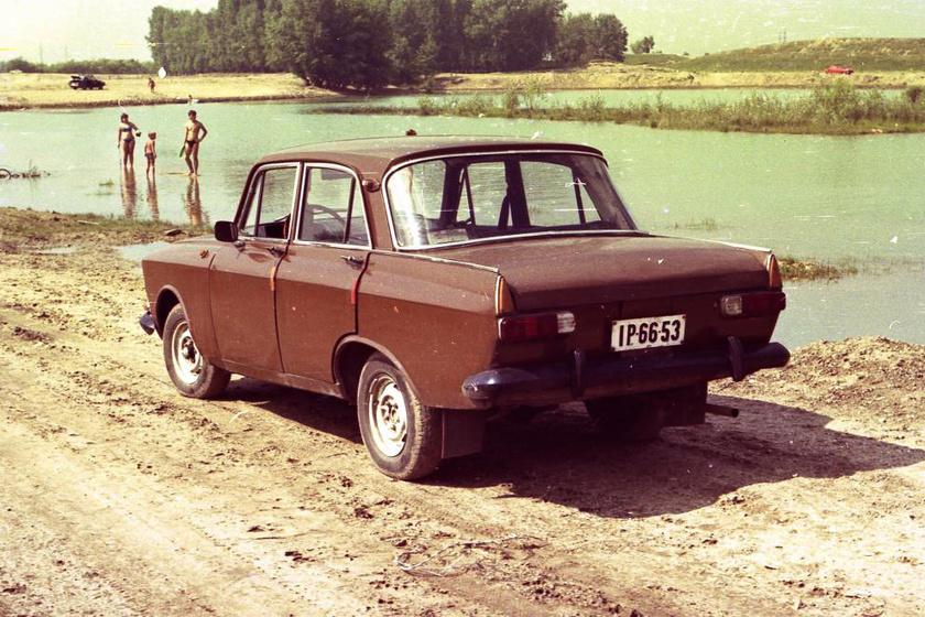 Piros Moszkviccsal érkezett strandolni a tóhoz a család a hetvenes évek végén, 1978-ban.
