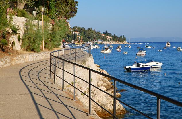 A másik irányba vezető, part menti sétány végén pedig a Maslinica strandot