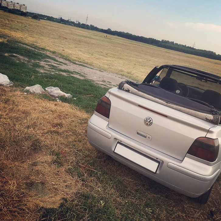 ...ha kicsit arrébb állsz, árnyaltabbá válik a kép. A kocsi mögött illegális szemétlerakók csomagjai, és innen az is látszik, hogy...