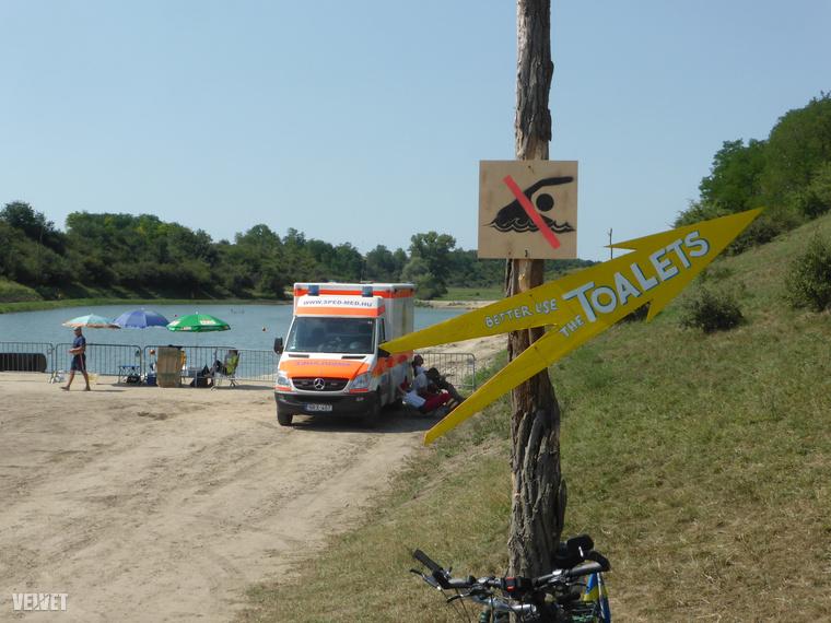 Csak volt egy nagy probléma: nem jött meg időben az engedély a hatóságoktól a tó használatára, így az el volt kerítve és tilos volt a használata