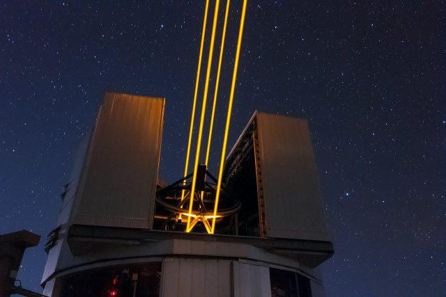 A 22 wattos lézerek a felsőlégköri nátriumatomok gerjesztésével mesterséges csillagokat hoznak létre a távcső felett, amelyek képe referenciaként szolgál a szükséges korrekciókhoz
