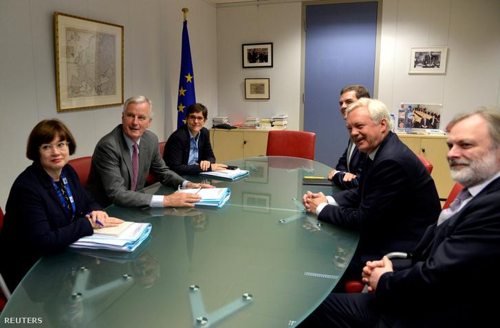A brexit részleteiről tárgyaló európai delegáció Michel Barnier vezetésével (balra középen), illetve a brit küldöttség (David Davissel, jobb közép) látható július 17-én, amikor először ültek le közösen, a tárgyalások első körös egyeztetésén Brüsszelben.