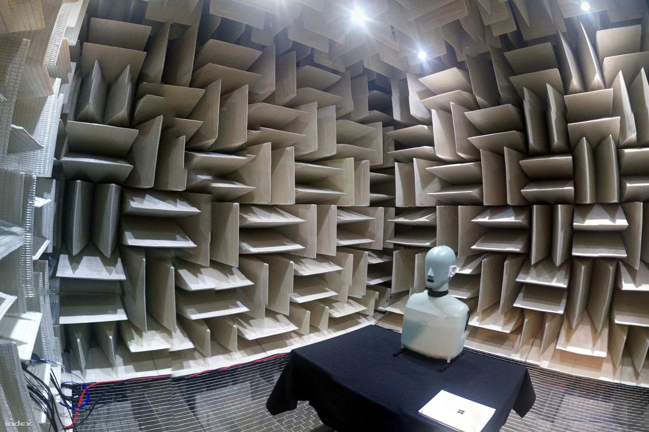 A Microsoft visszhangmentes szobájában olyan csend (-20,6 dB) van, hogy ha elég érzékeny lenne az emberi fül, akkor szinte hallani lehetne a levegőmolekulák mozgását (-23 dB).