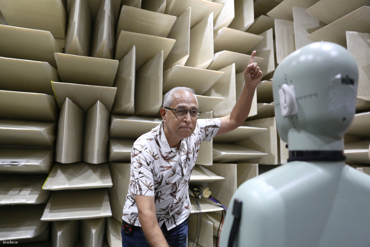 Gopal Gopal épp azt szemlélteti, hogy mekkora az emberi hallás spektruma.