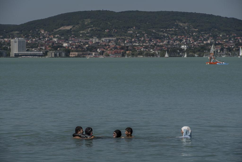 Said Jawad most is a családjával együtt utazott, lánya és felesége azonban a tradícióknak megfelelően burkiniben fürdött. A férfi azt mondta, szereti járni az országot, volt már Debrecenben, Bicskén és Győrben is. Igaz, ezek mind menekülttáborok helyszínei.